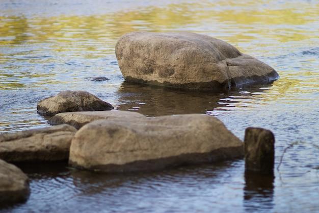 Een grote steen ligt in de rivier