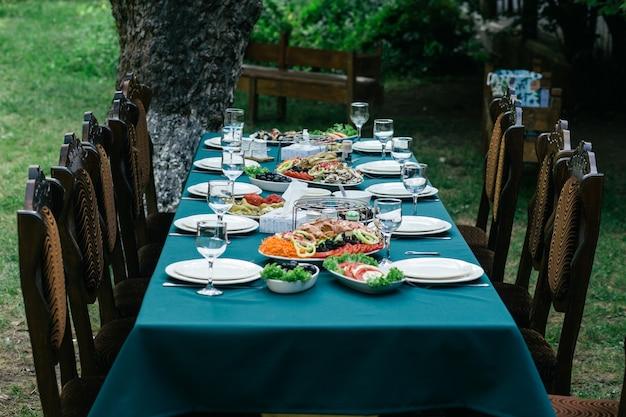 Een grote tafel vol lekkere maaltijden