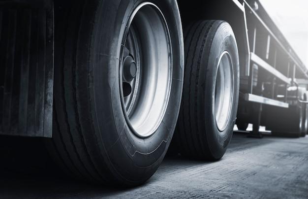 Een grote vrachtwagen wielen en banden semi vrachtwagen parkeren industrie vracht vracht vrachtwagen transport