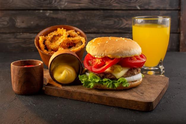 Een hamburger van de vooraanzichtkip met kaas en groene salade op het houten bureau en de maaltijdvoedsel van het sandwich fastfood