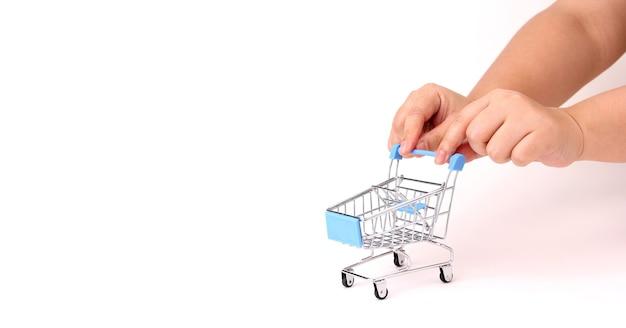 Een hand die een winkelwagentje duwt