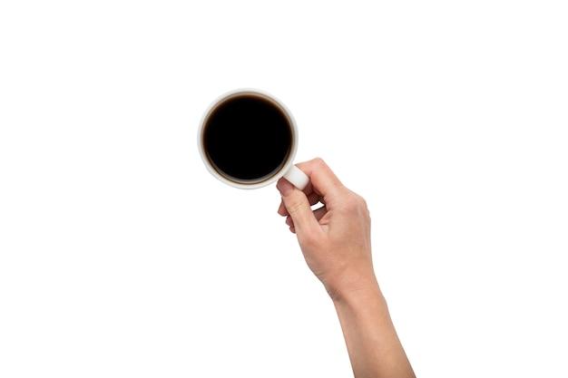 Een hand houdt een kopje met hete koffie op een witte geïsoleerde achtergrond. ontbijtconcept met koffie of thee. goedemorgen, nacht, slapeloosheid. plat lag, bovenaanzicht