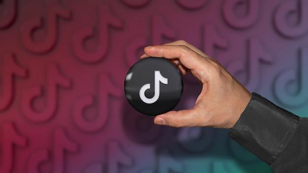 Een hand met een glanzende badge van het tik tok-logo