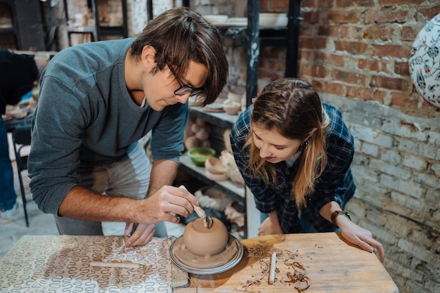 Een handgemaakte kleipot maken. aardewerkles, hobby.