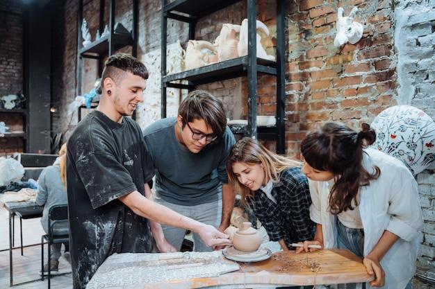 Een handgemaakte kleipot maken. aardewerkles met meester.