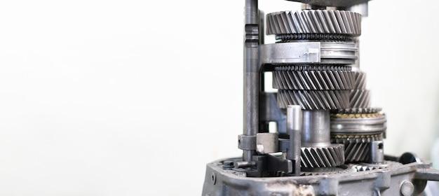 Een handmatige klassieke autotransmissie, gedetailleerde close-upweergave, reparatieservice, metalen tandwielen