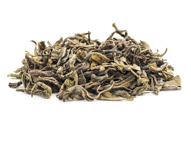 Een handvol baikhovi groene thee op witte achtergrond isoleert. gedroogde theeblaadjes, close-up. Premium Foto