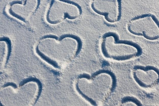 Een hartsymbool getekend op sneeuw