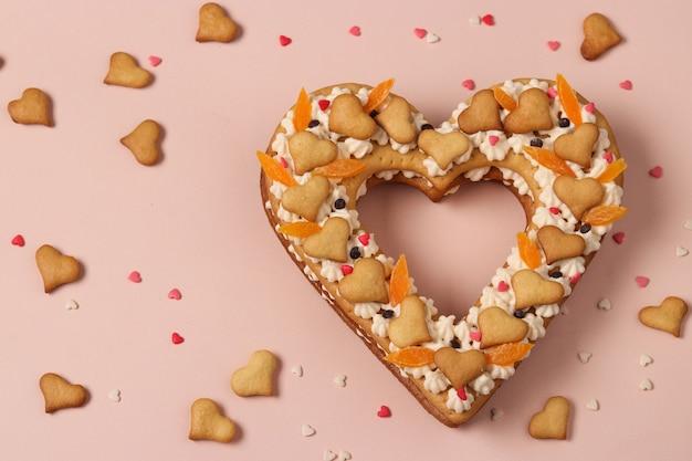 Een hartvormige cake op een roze voor valentijnsdag