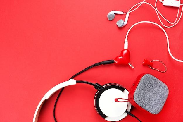Een hartvormige koptelefoonsplitter voor een verliefd stel.