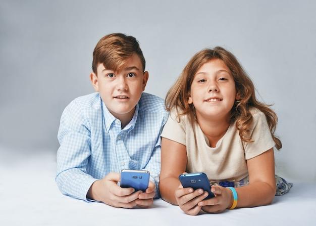 Een heel gelukkige kinderen met smartphones
