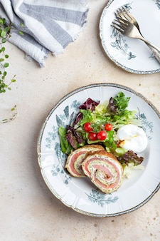 Een heerlijk ontbijt met courgette gerookte zalmrollade