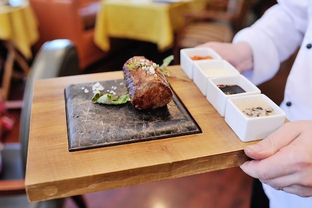 Een heerlijk stuk vlees op een steenclose-up