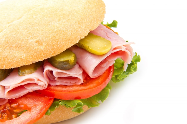 Een heerlijke sandwich met ham en tomaten