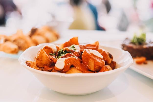 Een heerlijke versie van de klassieke spaanse pittige aardappelen