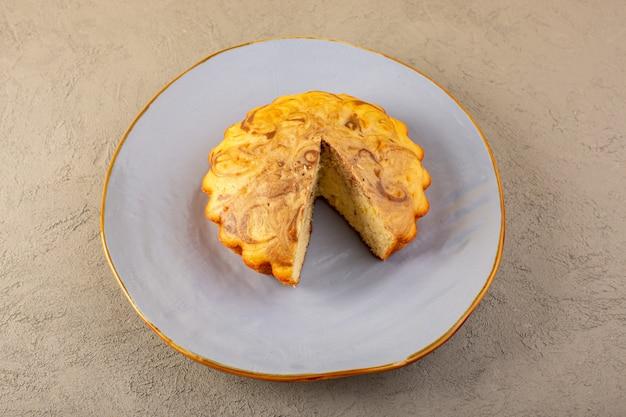 Een heerlijke yummy chococake van de hoogste menings zoete cake sneed binnen blauwe plaat op het grijze koekje van de achtergrondsuikerthee bak