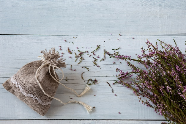 Een heidebloesem en een linnen zakje - sachets