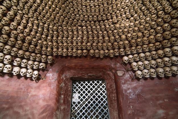Een heiligdom versierd met schedels in larung gar
