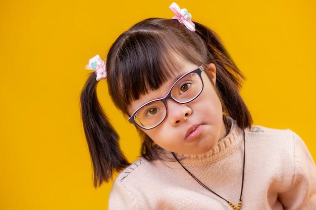 Een heldere bril dragen. kostbare schattige dame met twee staarten
