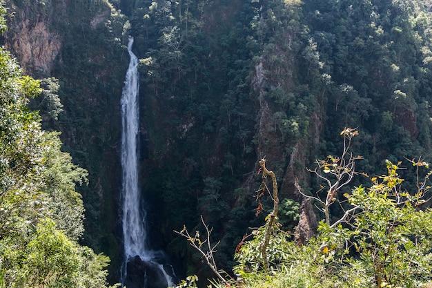 Een hele hoge waterval van een klif in de kloof tot een grote rots beneden, vanuit het uitzichtpunt in het nationale park.