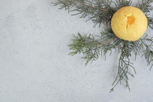 Een hele ronde zoete koekje op een witte achtergrond.