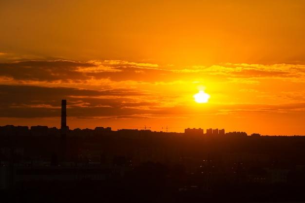 Een hele stad onder een prachtige zonsondergang