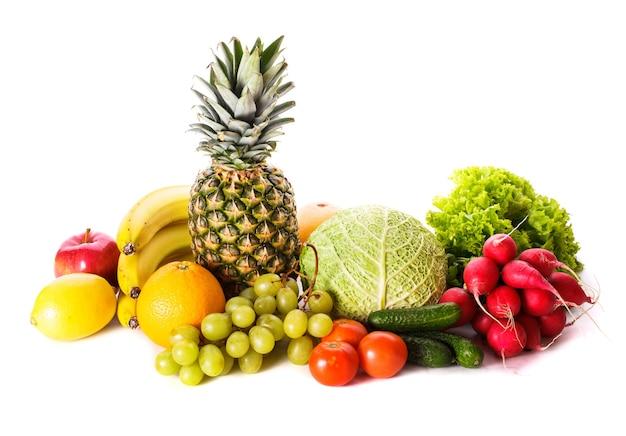 Een heleboel verschillende groenten en fruit geïsoleerd op wit