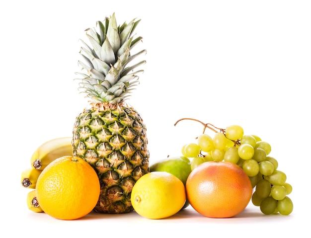 Een heleboel verschillende vruchten geïsoleerd op wit