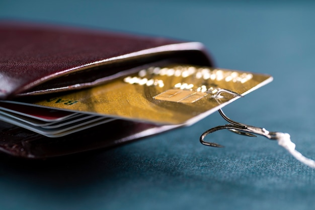 Een hengelhaak bleef een creditcard in mijn portemonnee steken. diefstal van gegevens van creditcards. hacker heeft geld gestolen van een creditcard
