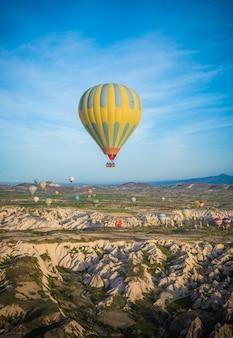 Een heteluchtballon in cappadocië