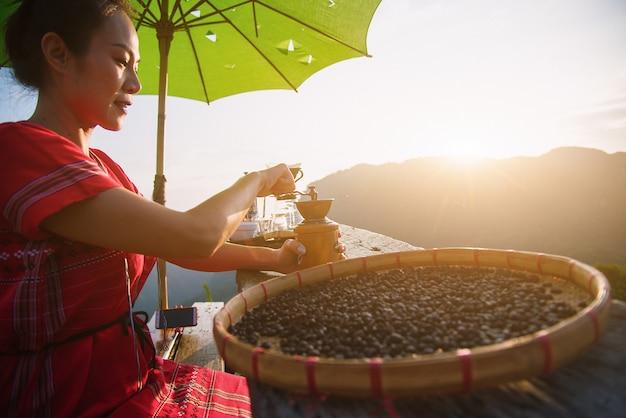 Een heuvel stam vrouw zitten in een ochtend koffiepauze