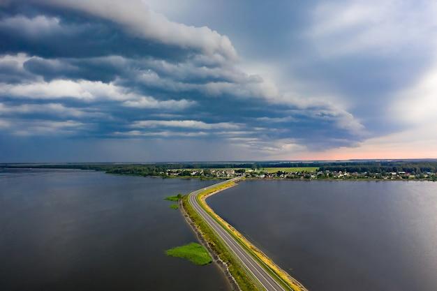Een hevig onweer nadert de stad