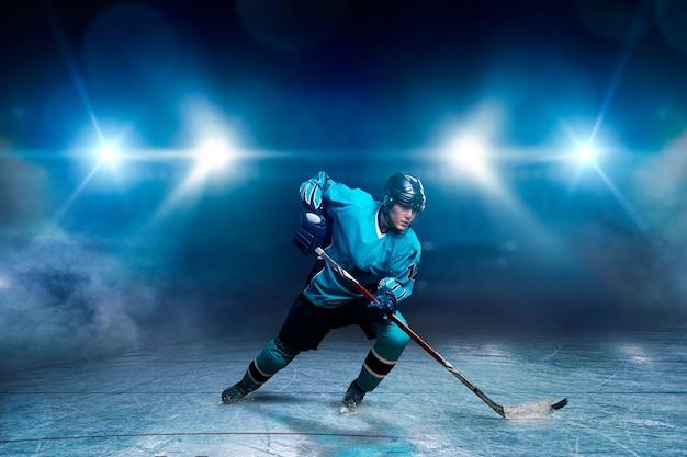 Een hockeyspeler op ijs