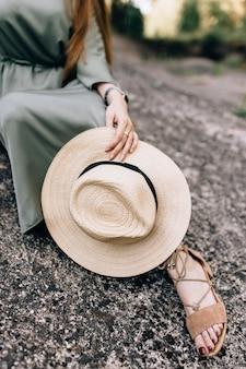 Een hoed in de hand van een meisje. verlies-up