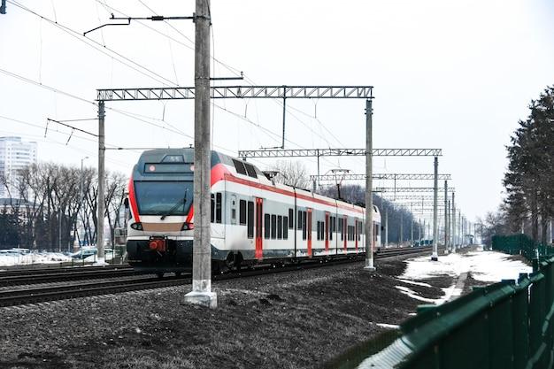 Een hogesnelheidstrein rijdt over de spoorlijnen in de stad