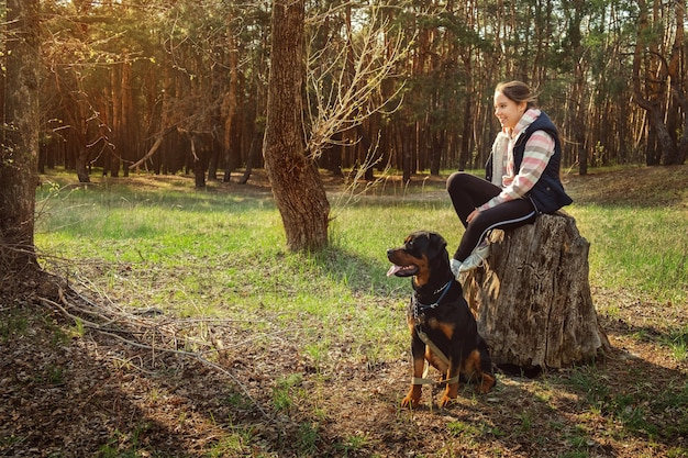 Een hond uitlaten in een naaldbos