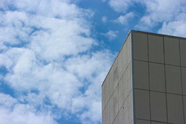 Een hoog betonnen muurgebouw