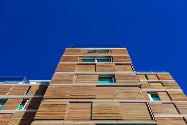 Een hoog gebouw met een houten gevel