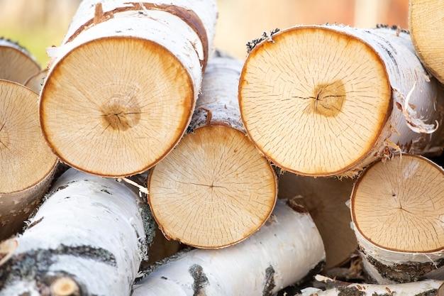 Een hoop berken brandhout close-up.
