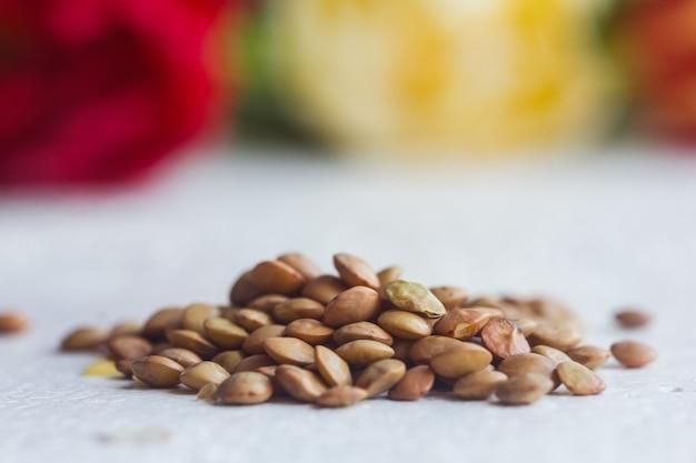 Een hoop gedroogde zwarte sojabonen zaad close-up op een tafel