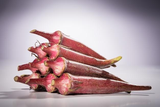 Een hoop van rode okra