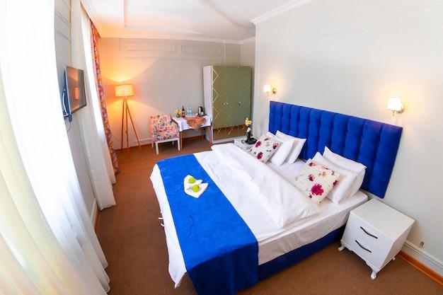 Een hotelkamer met één kingsize bed
