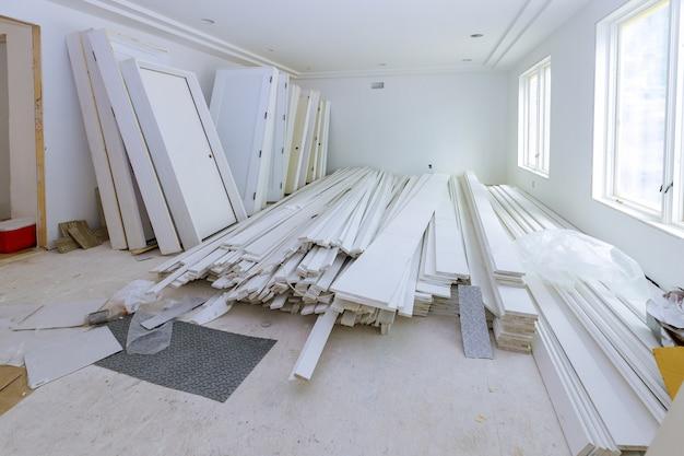 Een houten binnendeuren een wachtinstallatie voor nieuw flatgebouw