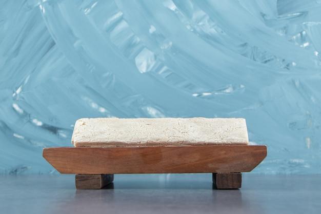 Een houten bord met knapperig roggebrood.