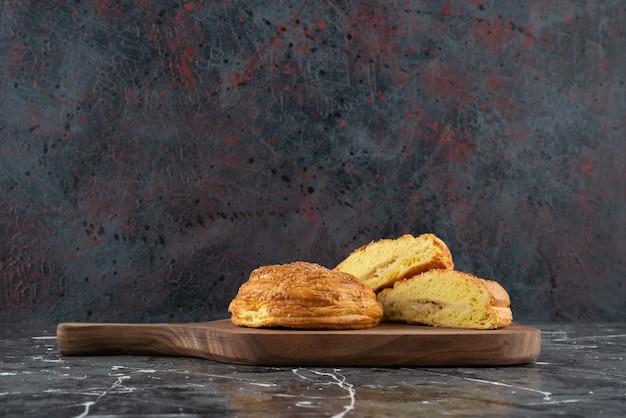 Een houten bord met nationaal gebak van azerbeidzjan op een marmeren ondergrond