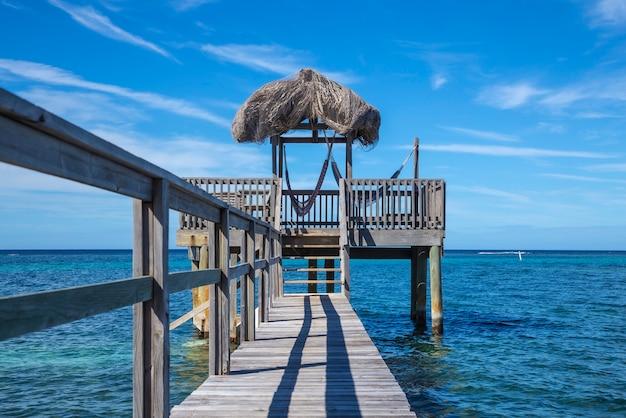 Een houten constructie van de caribische zee op roatan island. honduras