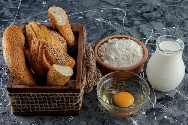 Een houten kist met azerbeidzjaanse gohal en turkse simit op een marmeren tafel. Premium Foto