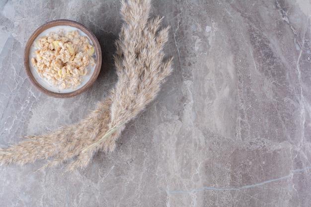 Een houten kom gezonde cornflakes met melk