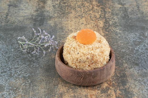 Een houten kom met heerlijke zoete koek