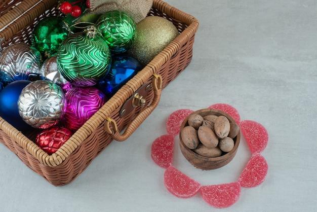 Een houten kom met noten op witte achtergrond. hoge kwaliteit foto